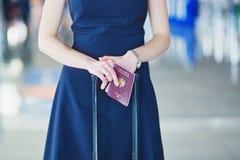 Ung kvinnlig handelsresande i internationell flygplats royaltyfri bild