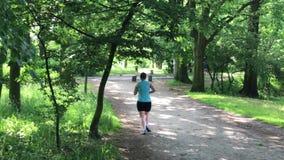 Ung kvinnlig jogger arkivfilmer
