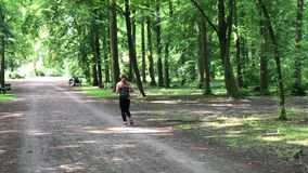 Ung kvinnlig jogger med hörlurar stock video