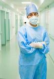 Ung kvinnlig kirurg royaltyfri foto