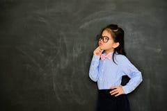 Ung kvinnlig liten lärare som ser tomt område royaltyfri bild