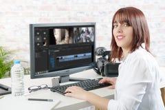 Ung kvinnlig märkes- användande dator för videopn redigera royaltyfria foton
