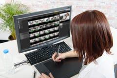 Ung kvinnlig märkes- användande dator för videopn redigera royaltyfri fotografi