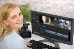 Ung kvinnlig märkes- användande dator för videopn redigera royaltyfria bilder