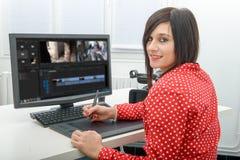 Ung kvinnlig märkes- användande diagramminnestavla för videopn redigera royaltyfri bild
