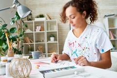 Ung kvinnlig målare Enjoying Hobby arkivfoto