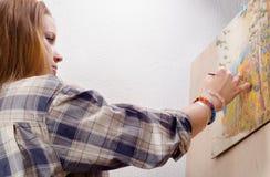 Ung kvinnlig målaremålning landskap Arkivbild