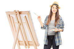 Ung kvinnlig målareteckning på en kanfas Arkivfoto