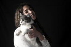 Ung kvinnlig med katten Arkivfoton