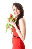 Ung kvinnlig med röda tulpanblommor som isoleras arkivbild