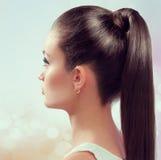 Ung kvinnlig med sunda glänsande bruna hår Arkivfoton