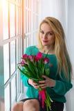 Ung kvinnlig med tulpan, attraktiv gåva på 8 marsch internationella kvinnors ferie solljus Arkivfoton