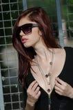 Ung kvinnlig modemodell med rött hår och den trevliga urringningen Royaltyfri Bild