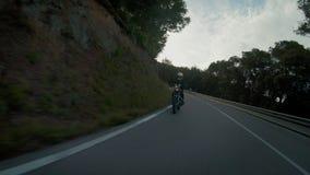 Ung kvinnlig motorcykelchaufför på cykeln stock video