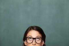 Ung kvinnlig nerd som ser upp Royaltyfria Bilder
