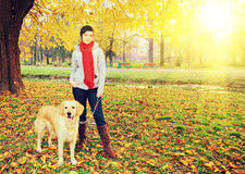 Ung kvinnlig och hennes hund som poserar i höst i en parkera på ett soligt D royaltyfri foto