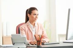 Ung kvinnlig receptionist arkivfoton