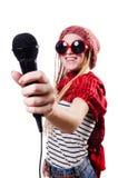 Ung kvinnlig sångare med mic Arkivfoton