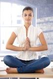 Ung kvinnlig som överst mediterar av skrivbordet Royaltyfri Bild
