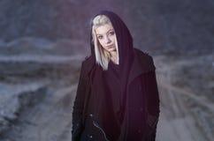 Ung kvinnlig som bär den svarta huven royaltyfri fotografi