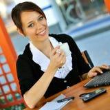 Ung kvinnlig som fungerar på cafen Royaltyfri Foto