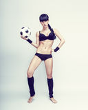 ung kvinnlig som rymmer en soccerball Arkivbild