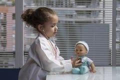 Ung kvinnlig som spelar doktorn Royaltyfria Foton