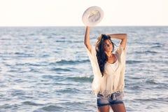 Ung kvinnlig som tycker om solig dag på den tropiska stranden Arkivfoto