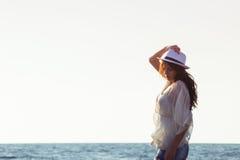 Ung kvinnlig som tycker om solig dag på den tropiska stranden Fotografering för Bildbyråer