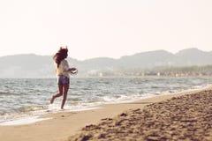 Ung kvinnlig som tycker om solig dag på den tropiska stranden Royaltyfri Bild