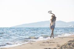 Ung kvinnlig som tycker om solig dag på den tropiska stranden Royaltyfria Foton