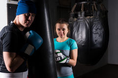 Ung kvinnlig spoty boxare i boxninghandskar som utbildar med hennes trai Arkivbilder