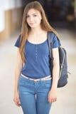 Ung kvinnlig student royaltyfria bilder