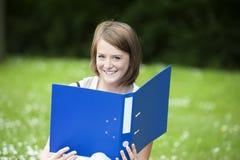 Ung kvinnlig student i parkera arkivbild