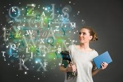 Ung kvinnlig student med moln av ljusa formler, nummer, le Arkivbilder