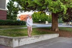 Ung kvinnlig student på skolajordning fotografering för bildbyråer