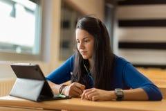 Ung kvinnlig student på universitetklassrumet Arkivfoto