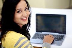 Ung kvinnlig student som använder minnestavladatoren Arkivfoto