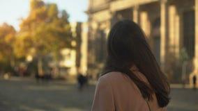Ung kvinnlig student som ser gammal universitetbyggnad, tro i framtid stock video