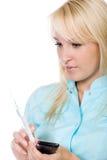 Ung kvinnligdoktor med en injektionsspruta royaltyfria foton