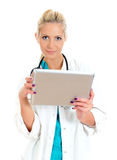 Ung kvinnligdoktor som använder tabletdatoren. Fotografering för Bildbyråer