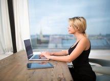 Ung kvinnliginnehållschef som använder den moderna bärbar datordatoren Prata för Hipsterflicka arkivfoto