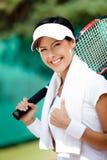 Ung kvinnligtennisspelare med handduken royaltyfria bilder