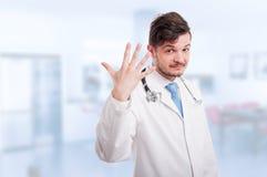 Ung läkare som räknar fem fingrar Arkivfoton