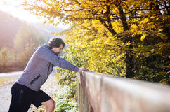 Ung löpare på en bro Arkivbild