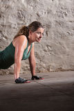 Ung Lady Doing Push-ups Royaltyfria Bilder