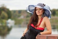 Ung lady i hatt med ett paraply Royaltyfri Bild