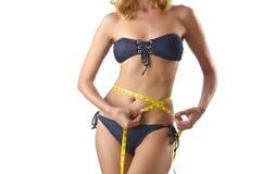 Ung lady med centimetr - begrepp för viktförlust Arkivfoto