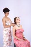 Ung latina flicka som kammar hennes hår och den Caucasian flickan royaltyfri foto