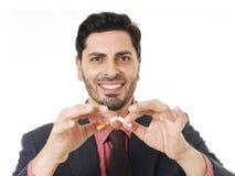 Ung latinamerikansk attraktiv man som bryter cigaretten, i avslutat röka upplösning royaltyfri foto